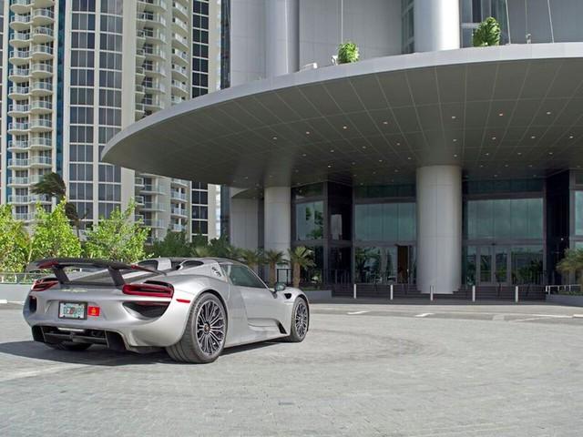 Trong Tòa nhà Porsche Design Tower, tất cả các cư dân đều được hỗ trợ dịch vụ chăm sóc siêu xe như: rửa xe, thay lốp và bảo trì thường xuyên.