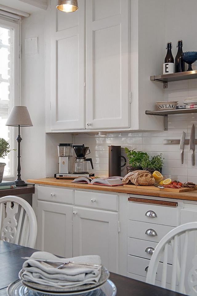 Màu trắng đặc trưng từ hệ thống tủ kệ, gạch ốp tường cho đến những chiếc ghế ngồi mang đậm phong cách trang trí Bắc Âu.