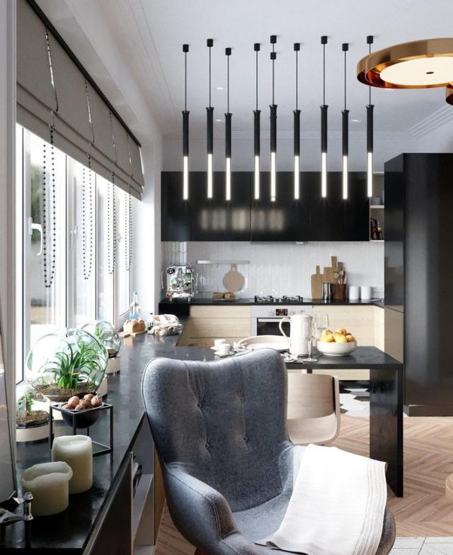 Góc tiếp khách đơn giản với chiếc ghế bành và bàn trà nhỏ đặt cạnh cửa sổ.