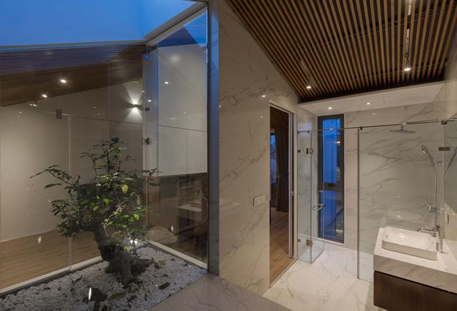 Không gian phòng tắm sang trọng với đá cẩm thạch.