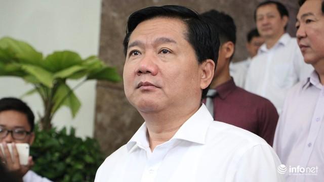 Ông Đinh La Thăng rời lễ trao quyết định. Từ hôm nay ông sẽ chuyển sang vai trò mới tại Ban Kinh tế Trung ương.
