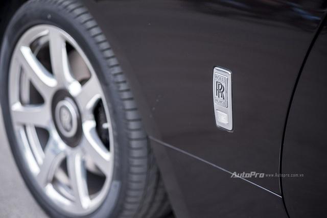 Logo Rolls-Royce ở bên cạnh hông xe.