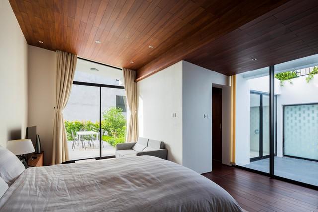 Được thiết kế đặc biệt nên ngôi nhà luôn có ánh sáng tự nhiên và thông gió tốt. Mọi không gian trong nhà đều được tiếp xúc trực tiếp với cây xanh.