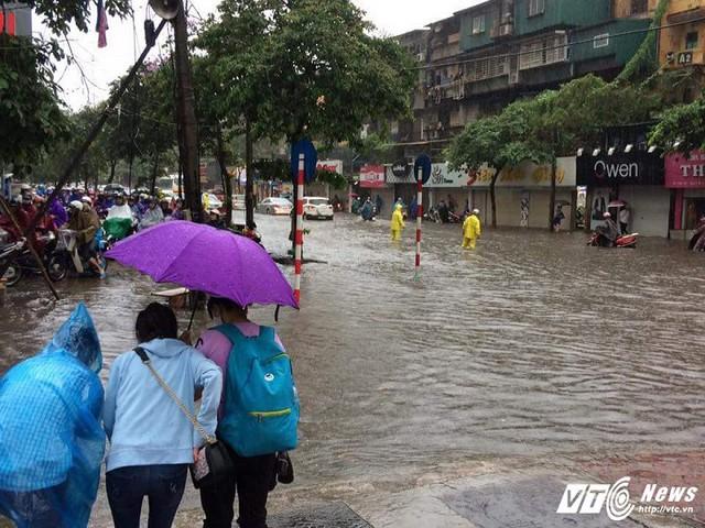 Khu vực Phạm Ngọc Thạch ngập sâu, các phương tiện phải dạt hết lên vỉa hè.