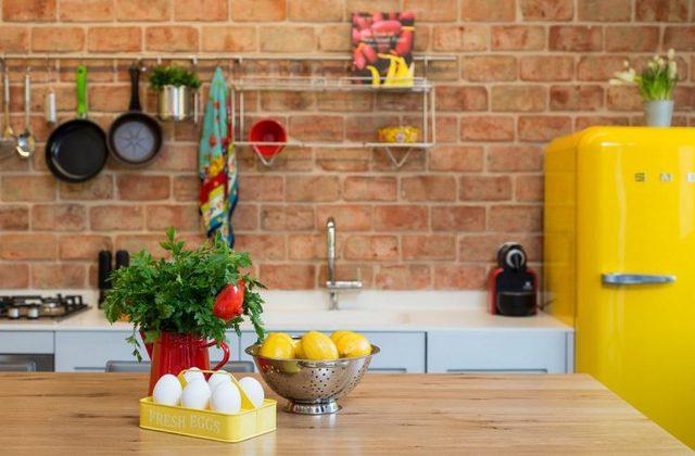 Sắc vàng tươi của chiếc tủ lạnh và tủ bếp, cùng ánh sáng tự nhiên khiến căn bếp luôn tràn ngập ánh sáng.