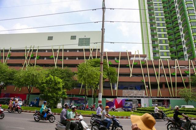 Hiện phía bên trái mặt tiền đối diện đường Hồng Bàng được thiết kế thêm những bảng điện tử hình thanh tre có gắn lá rất mới lạ.