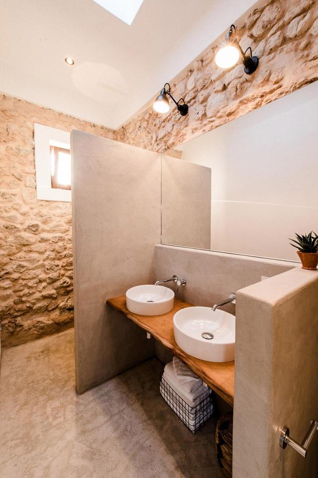 Nhà tắm của ngôi nhà cũng được bố trí khá đơn giản, từ chất liệu đến ánh sáng đều vô cùng thân thiện và gần gũi với thiên nhiên.