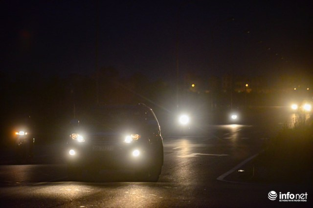 Các phương tiện lưu thông trên tuyến đường tối đen như mực, liên tục sử dụng đèn chiếu xa. Được biết, tuyến đường đường thường xuyên có các loại xe khách, xe container, xe trọng tải lớn... đi qua. Không đèn giao thông qua các nút cắt, không đèn chiếu sáng buổi tối, tính mạng người dân như bị đe dọa mỗi khi phải tham gia giao thông trên đoạn đường này.