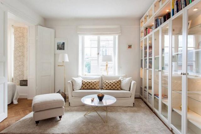 Do hạn chế về diện tích nên nội thất bên trong ngôi nhà từ sơn tường, ghế sofa, tủ trang trí, cửa ra vào….đều mang màu trắng tinh khiết khiến không gian trở nên rộng thoáng hơn.