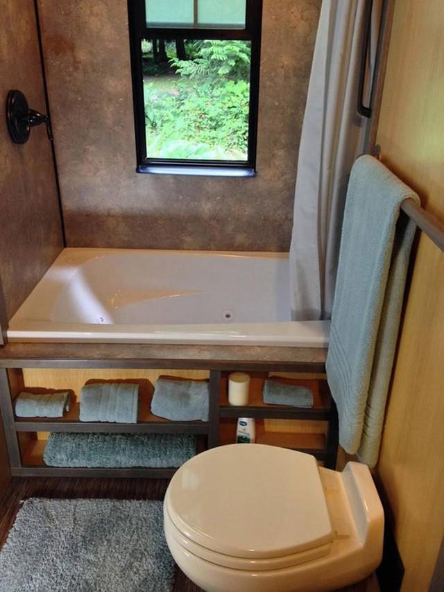 Dù nhỏ nhưng gia chủ vẫn có thể thư giãn thoải mái trong bồn tắm có view nhìn ra bên ngoài tuyệt đẹp.