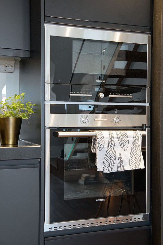 Chiếc tủ bếp nhờ được thiết kế rộng rãi nên tất cả mọi thứ nơi bếp ăn từ tủ lạnh, các thiết bị và dụng cụ nhà bếp được giấu nhẹm, gọn gàng bên trong.