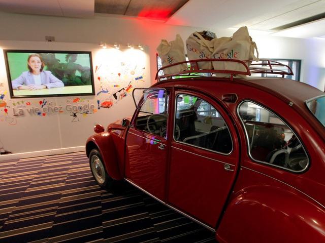 Văn phòng Google tại Paris lại gây ấn tượng mạnh với một chiếc xe Citrien 2CV đỏ được đặt chính giữa.