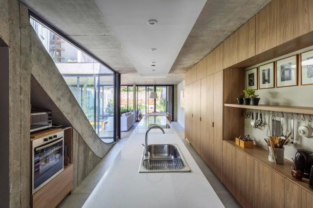 Góc bếp ăn gọn đẹp được bố trí dọc cầu thang dẫn lên tầng 2.