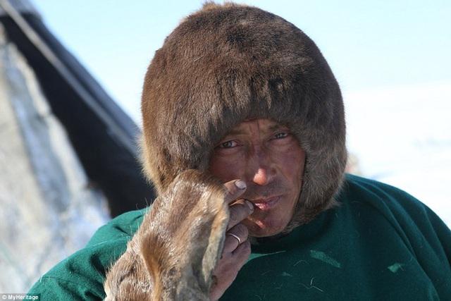 Hình ảnh một người đàn ông trong bộ tộc Nenets.