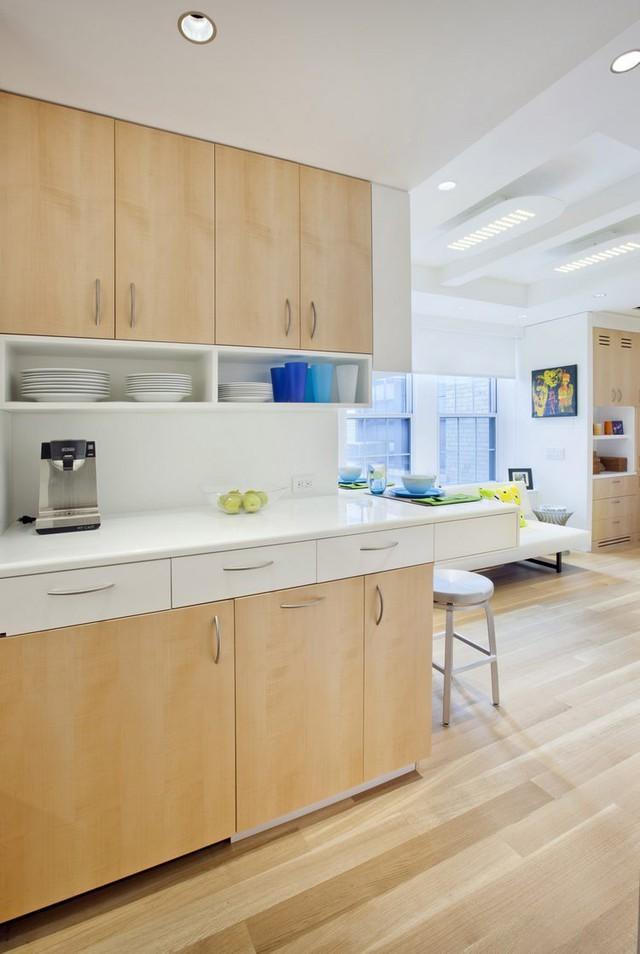 Dù diện tích hạn chế nhưng không gian lại vô cùng rộng thoáng nhờ việc sử dụng tông màu sáng trong trang trí nội thất cũng như hệ cửa kính to rộng nơi phòng khách.