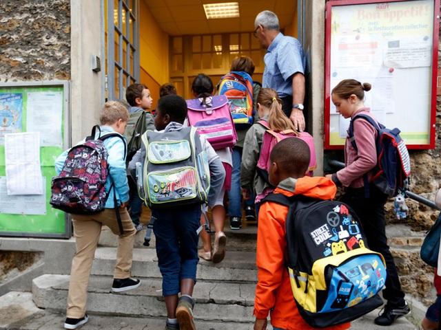 Học sinh Pháp đến trường tiểu học Jules Ferry ở Fontenay-sous-Bois gần thủ đô Paris.
