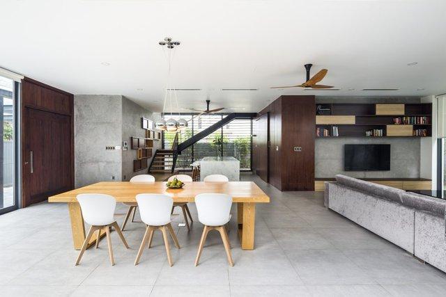 Thiết kế độc đáo khiến chủ nhà ngồi ở bất kỳ nơi đâu cũng có thể ngắm nhìn được cây xanh và cảm nhận được từng thay đổi nhỏ của thời tiết bên ngoài.