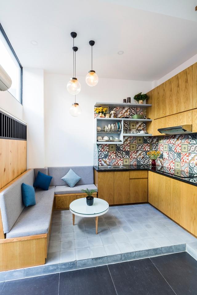 Để đảm bảo không gian tầng 1 luôn thoáng sáng, 1 bức tường kính được lắp đặt trên cao theo chiều ngang của ngôi nhà.