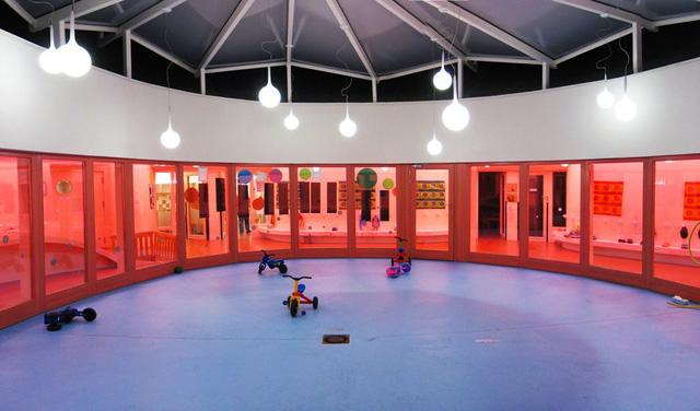 Trường mầm non Sarreguemines, thuộc Sarreguemines (Pháp) được thiết kế như mô hình vũ trụ để phát huy trí tưởng tượng của trẻ. Toàn bộ không gian ngôi trường được thiết kế theo tông màu hồng và hoàn toàn yên tĩnh để trẻ em tự do chơi đùa.