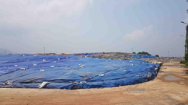 Bãi rác Xuân Sơn đang bị người dân chặn không cho xe chở rác vào đổ