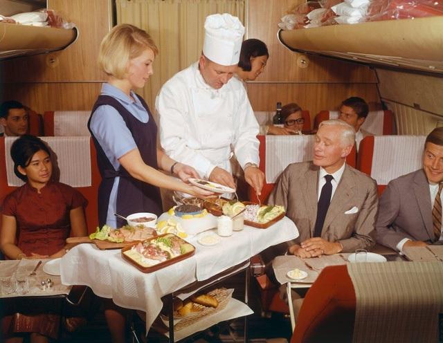 """Vẫn chưa hết đâu nhé, các hành khách còn được phi hành đoàn """"chiều chuộng"""" hơn nữa với những món ăn được làm từ trứng… cá hồi muối cũng do chính tay bếp trưởng trực tiếp chế biến."""