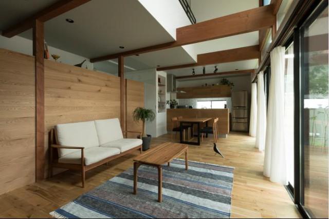 Góc nhỏ này được bài trí vô cùng đơn giản với 1 chiếc ghế băng lót đệm dài và chiếc bàn trà gỗ nhỏ.