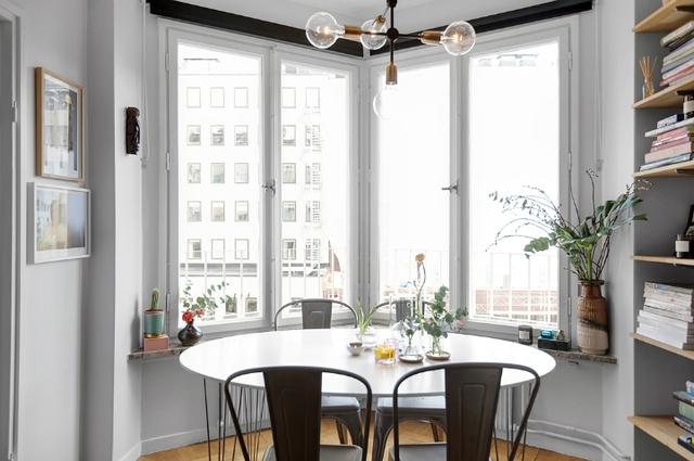 Vị trí hoàn hảo nhất của căn hộ cao tầng được chủ nhà chọn làm không gian ăn uống. Còn gì thích thú hơn khi vừa được ngắm cảnh đẹp ngoại khu vừa được ăn ngon miệng.