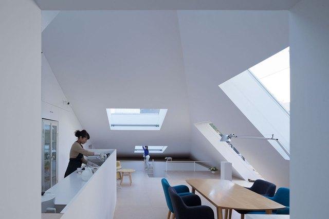 Toàn bộ các khu vực chức năng trong nhà nơi đâu cũng tràn ngập ánh sáng tự nhiên nhờ rất nhiều cửa kính mở lên mái nhà.