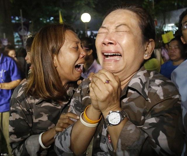 Khuôn mặt một người phụ nữ nhạt nhòa trong nước mắt.