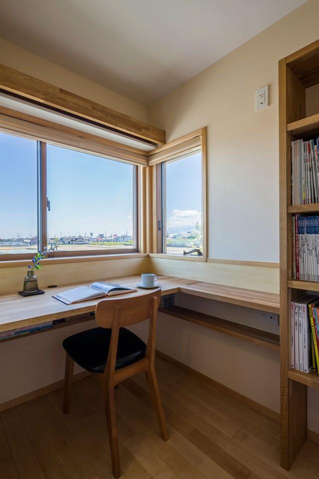 Không gian nghỉ ngơi và phòng làm việc của chủ nhà được đưa lên tầng 2 yên tĩnh và thoáng mát. Nơi đấy cũng được kiến trúc có rất nhiều cửa kính để đấyn nắng gió vào nhà.