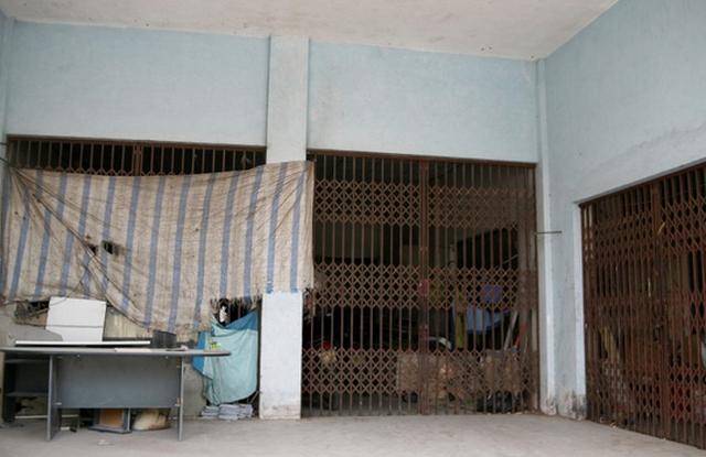 Anh Bùi Văn Thái (người dân khu Sài Đồng) cho biết tòa nhà đóng cửa im lìm từ khi hoàn thành đến nay, không có bất cứ hộ dân nào vào sinh sống