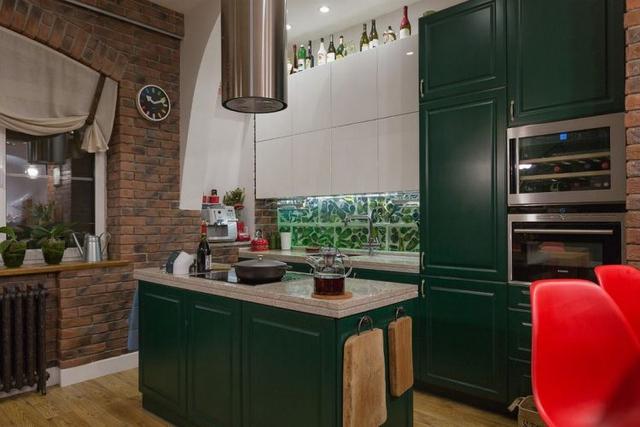 Không gian bếp được chủ nhà lựa chọn hệ tủ kệ tông màu xanh tạo không gian mát mắt và sạch sẽ.