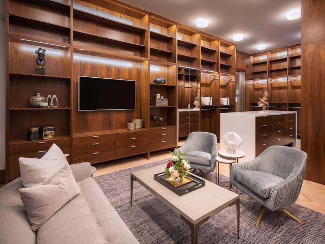 Phòng thay đồ rộng thoáng với hệ thống tủ ngăn thỏa mãn nhu cầu trữ quần áo, dày dép và tất cả những đồ dùng cá nhân củ chủ nhân. Nơi đây còn được trang bị bàn ghế và cả tivi.