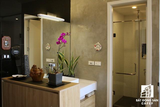 Toàn bộ khu vực chầu rửa, nhà tắm và vệ sinh chỉ chiếm không gian khiêm tốn nhưng nhờ thiết kế thông minh vẫn bảo đảm nhu cầu sinh hoạt thoải mái cho chủ nhà.