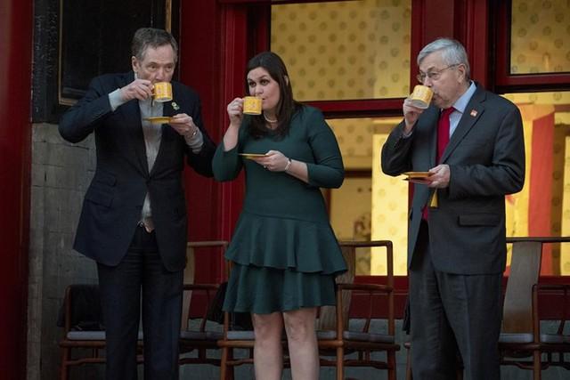 Từ trái sang: Đại diện thương mại Mỹ Lighthizer, Thư ký báo chí Nhà Trắng Sanders, và Đại sứ Mỹ tại Trung Quốc Branstad cùng thưởng thức trà ở khu vực Tử Cấm Thành hôm 8/11.