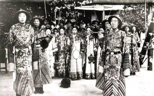 Từ Hi Thái Hậu chụp ảnh cùng các phi tần, cung nữ, thái giám và chó cưng.