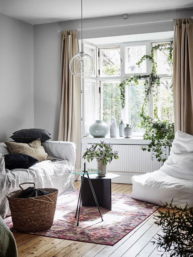 Góc cửa sổ còn được kê thêm một chiếc ghế lười – một góc nghỉ ngơi yên tĩnh và thư giãn lý tưởng cho chủ nhà sau những giờ làm việc căng thẳng.