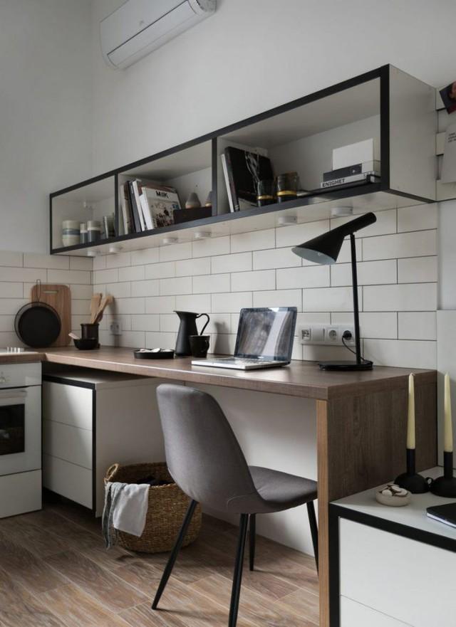 Góc làm việc được thiết kế liền mạch với một chiếc bàn dài và bên trên là một kệ mở để sách vở và đồ trang trí.