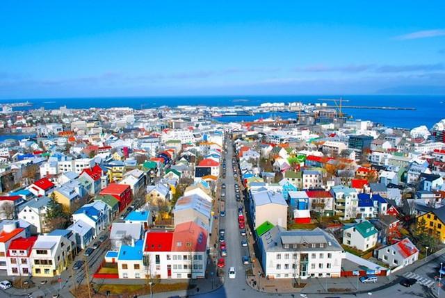 Reykjavik, Iceland, một số mái nhà có màu đỏ tươi, xen lẫn màu xám đậm, xanh dương, pha trộn một cách hài hòa.