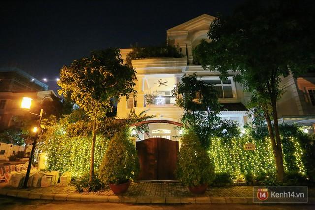Ngôi biệt thự lung linh nhờ những ánh sáng đèn led trang trí xung quanh hàng rào.