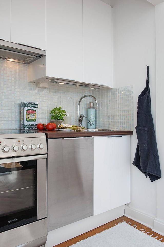 Căn bếp rất cởi mở và có thiết kế thông minh, tích hợp hệ tủ bếp âm tường và đầy đủ trang thiết bị tiện nghi khác.