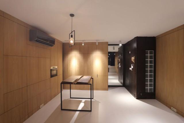 Chéo với chiếc bàn ăn nhỏ lạ mắt là khu vực nhà tắm và vệ sinh được thiết kế hệt như một chiếc tủ màu đen. Tuy nhìn bên ngoài rất nhỏ nhưng nó vẫn thoải mái cho nhu cầu của chủ nhà.