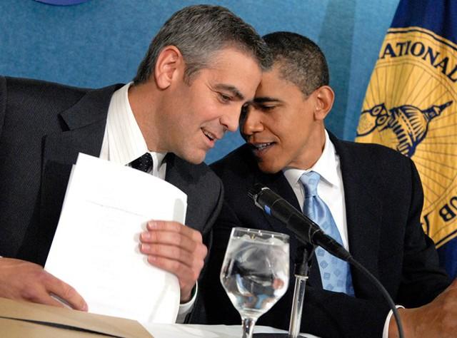 Tổng thống Obama nhận xét nam tài tử kiêm nhà sản xuất George Clooney là một người đàn ông tốt và một người bạn tuyệt vời. Bức ảnh chụp lại khoảnh khắc thân thiết của giữa hai người trong một sự kiện gây quỹ ở Los Angeles ngày 10/5/2006. Ảnh: Getty.