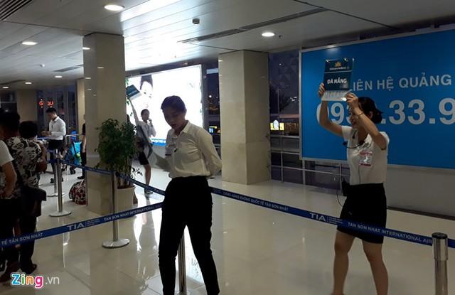 Nhân viên các hãng hàng không phải trưng bảng thông báo chuyến bay liên tục để sắp xếp cho khách hàng làm thủ tục nhanh chóng hơn.