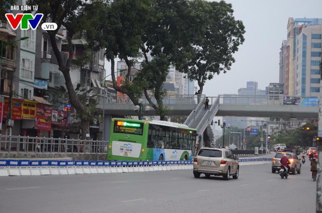 Bắt đầu lắp dải phân cách ưu tiên buýt nhanh ở Hà Nội - Ảnh 10.