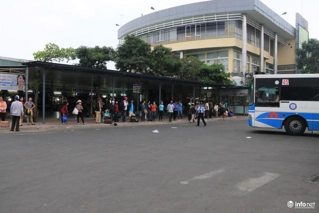 Bến xe buýt bên trong bến xe cũng chỉ có vài người chờ đợi để đi về các quận, huyện trong thành phố