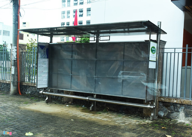 Tình trạng các trạm xe buýt vắng khách diễn ra khá phổ biến.