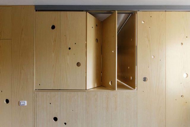 Chỉ với một thao tác nhẹ những cánh cửa gấp hai bên nơi phòng ngủ sẽ được đóng lại.