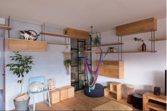 Sự kết hợp hài hòa giữa màu sáng của gỗ và màu trắng của tường tạo cảm giác không gian sống yên bình, ấm cúng.