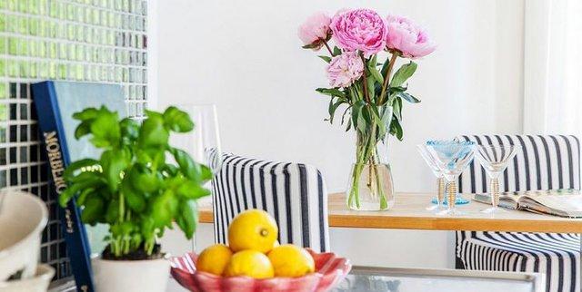 Khu vực bàn ăn khi cần lại có thể trở thành góc đọc sách, nhâm nhi ly cà phê và ngắm hoa vô cùng lãng mạn.